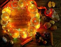 Le fleuriste de guirlande de porte du ` s de Noël et de nouvelle année travaillent le fond de calibre Photos libres de droits