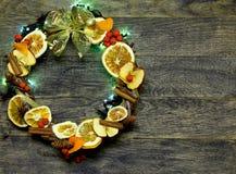 Le fleuriste de guirlande de porte du ` s de Noël et de nouvelle année travaillent le fond de calibre Photo stock