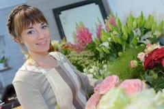 Le fleuriste f?minin cr?ent le beau bouquet photo stock