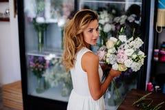 Le fleuriste fait un bouquet photo stock