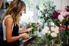 Le fleuriste fait un bouquet images stock