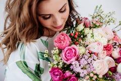 Le fleuriste fait un bouquet photos libres de droits