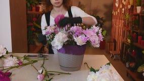 Le fleuriste, fleuriste Arranging Modern Bouquet, de jeunes fleuristes beaux travaillent à la boutique de fleurs faisant le bouqu photo libre de droits