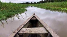 Le fleuve Amazone - une tige en bois de bateau se déplaçant par l'eau clips vidéos