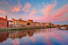 Le fleuve Arno et Ponte Vecchio à Florence, Italie Photos libres de droits