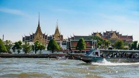 Le fleuve Chao Phraya avec le bateau et le temple Images libres de droits