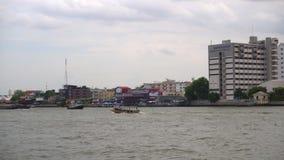 Le fleuve Chao Phraya dans la ville de Bangkok avec des bateaux, des péniches et la traction subite pendant la journée banque de vidéos