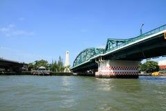 Le fleuve Chao Phraya et pont commémoratif à Bangkok images stock
