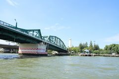 Le fleuve Chao Phraya et pont commémoratif à Bangkok images libres de droits