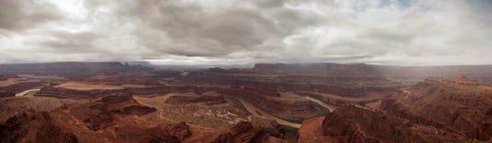 Le fleuve Colorado dans le panorama de canyon Photo stock