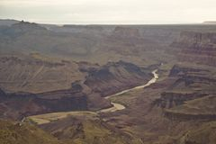 Le fleuve Colorado traversant le canyon grand Arizona images libres de droits