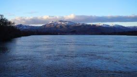 Le fleuve Columbia coule sous Ridge Washington couvert par neige clips vidéos