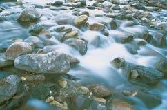 Le fleuve de montagne avec de l'eau. Photo libre de droits