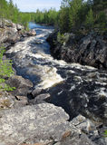 Le fleuve de montagne dans une gorge en Carélie (Russie) Image stock