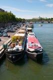 Le fleuve de Seine avec des touristes se transportent à Paris Photographie stock