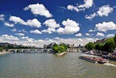 Le fleuve de Seine, Pount Neuf et citent l'île Photos stock