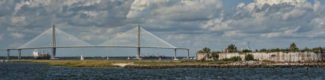 Le fleuve de tonnelier de la Caroline du Sud câble-restent la passerelle Photos stock