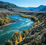 Le fleuve en montagnes Images stock