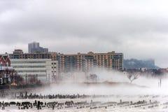 Le fleuve Hudson en hiver avec Misty Edgewater Cityscape à l'arrière-plan Photographie stock libre de droits