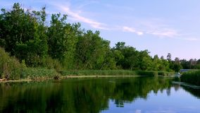 Le fleuve Mississippi entre nord juste au nord de la route 2 dans Bemidji Minnesota dans l'agrafe prise d'un sud de déplacement d banque de vidéos