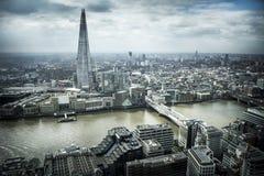 le fleuve moderne de Londres d'horizontal de côte de paysage urbain de construction affiche la Tamise Photographie stock