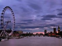 le fleuve moderne de Londres d'horizontal de côte de paysage urbain de construction affiche la Tamise photo libre de droits
