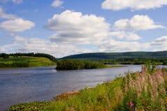 Le fleuve Vishera dans les montagnes d'Ural Photo libre de droits