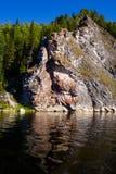 Le fleuve Vishera dans les montagnes d'Ural Image libre de droits