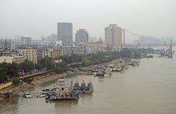 Le fleuve Yangtze et dock à Wuhan Images libres de droits