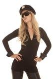 Le flic de lunettes de soleil de femme remet la tête de hanches inclinée photo libre de droits