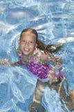 Le flicka i det sparkling vattnet Royaltyfri Bild