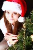 Le flicka med jultreen över dark arkivbild