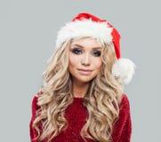 Le flickan i den Santa Claus hatten Gullig Cristmas kvinnastående royaltyfria foton