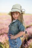 Le flickan i ett lavendelfält Arkivbilder
