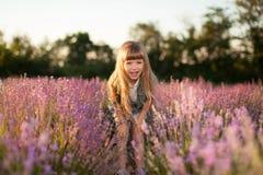 Le flickan i ett lavendelfält Royaltyfria Foton