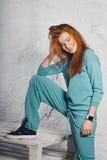 Le flickan i overaller Royaltyfria Bilder