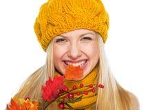 Le flickan i stickande höst för hatt och för halsduk sprick ut Royaltyfria Foton