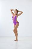 Le flickan i swimwear Arkivbilder