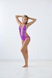 Le flickan i swimwear Arkivbild