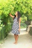 Le flickan i tunnel från växter Royaltyfria Foton