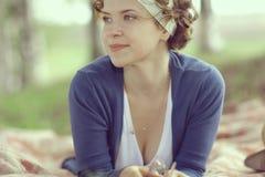 Le flickan i vårskog fotografering för bildbyråer