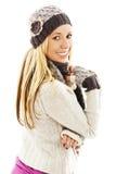 Le flickan i vinterstil som ser över skuldran royaltyfri bild