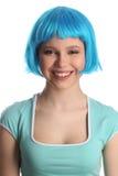Le flickan med blått hår close upp Vit bakgrund Arkivfoto