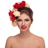 Le flickan med blommor i huvud royaltyfria bilder