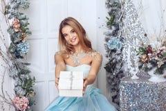 Le flickan med en gåva Royaltyfria Foton