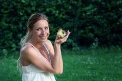 Le flickan med en liten dackling i hennes händer på lantgården Royaltyfri Bild