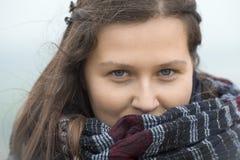 Le flickan med en stor halsduk arkivbild