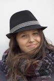Le flickan med en svart hatt royaltyfri bild