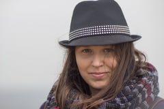 Le flickan med en svart hatt royaltyfria foton