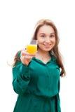 Le flickan med ett exponeringsglas av orange fruktsaft Arkivbild